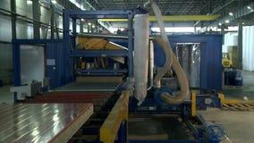 Moderne faciliteit voor productie van sandwichpanelen stock videobeelden