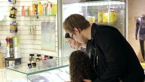 Moderne Familie mit einem Kind schließen Käufe in einem modernen Einkaufszentrum ab stock footage
