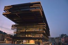 Moderne Fassade an der blauen Stunde Lizenzfreie Stockfotos