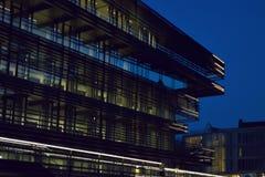 Moderne Fassade an der blauen Stunde Stockfotos