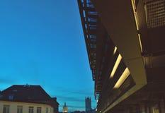 Moderne Fassade an der blauen Stunde Stockbilder