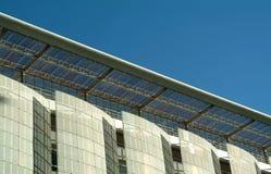 Moderne Fassade des ökologischen Gebäudes Stockfotos