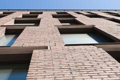 Moderne Fenster auf brauner Backsteinmauer Stockbild