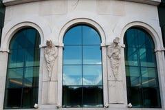 Moderne Fenster mit Statuen Stockfotografie