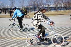 Moderne fietser in Yeoiudo, Seoel stock afbeelding