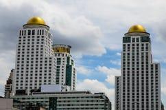 Moderne Finanzgebäude gegen einen blauen Himmel mit Wolken Stockfotografie