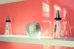 Moderne Flaschen des Balsamico-Essigs und des Öls Stockbilder