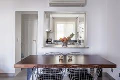 Moderne flat met witte muren en lichtgrijze vloer royalty-vrije stock afbeelding