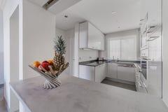 Moderne flat met witte muren en lichtgrijze vloer Stock Foto