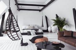 Moderne flat zonder tussenmuren in zolder, zolderstijl royalty-vrije stock afbeeldingen