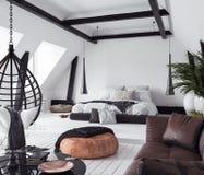 Moderne flat zonder tussenmuren in zolder, zolderstijl royalty-vrije stock fotografie