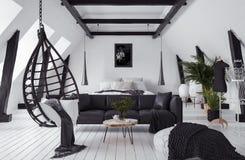 Moderne flat zonder tussenmuren in zolder, zolderstijl stock fotografie