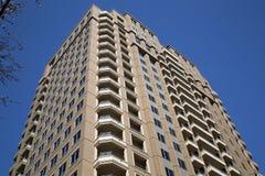 Moderne flatgebouw met koopflatsachtergrond Stock Foto's