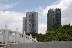 Moderne flatgebouw met koopflatsgebouwen Stock Foto's