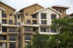 Moderne flatgebouw met koopflatsgebouwen Stock Foto