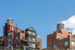 Moderne Flatgebouw met koopflatsgebouwen met watertank op bovenkant, de Stad van New York, de V.S. Royalty-vrije Stock Fotografie