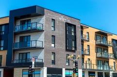 Moderne flatgebouw met koopflatsgebouwen met reusachtige vensters Stock Foto's