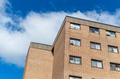 Moderne flatgebouw met koopflatsgebouwen met reusachtige vensters royalty-vrije stock afbeelding