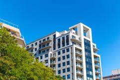 Moderne flatgebouw met koopflatsgebouwen met reusachtige vensters royalty-vrije stock foto's