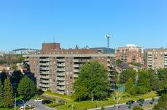 Moderne flatgebouw met koopflatsgebouwen met reusachtige vensters stock foto