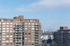 Moderne flatgebouw met koopflatsgebouwen met reusachtige vensters en balkons Royalty-vrije Stock Fotografie