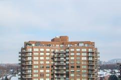 Moderne flatgebouw met koopflatsgebouwen met reusachtige vensters en balkons Stock Afbeelding