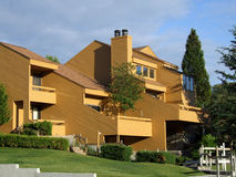 Moderne flatgebouw met koopflatshuizen Royalty-vrije Stock Foto's