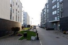 Moderne flatgebouw met koopflatsstraat Royalty-vrije Stock Foto
