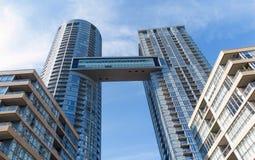 Moderne Flatgebouw met koopflatstorens Stock Afbeelding