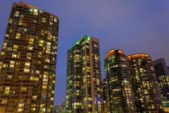 Moderne Flatgebouwen met koopflats Royalty-vrije Stock Fotografie