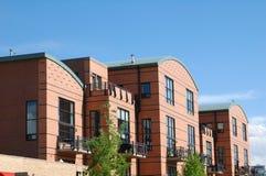 Moderne Flatgebouwen met koopflats Stock Afbeelding