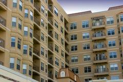 Moderne Flatgebouwen met koopflats Van de binnenstad stock afbeeldingen
