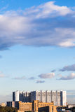 Moderne flatgebouwen onder blauwe hemel Stock Afbeeldingen