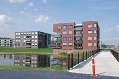 Moderne flatgebouwenwaterkant Stock Afbeeldingen