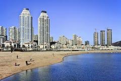 Moderne flats bij de kust in Dalian, China Stock Foto's