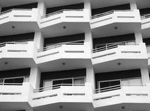 Moderne flats met geometrische witte balkons met hoekig traliewerk stock foto's