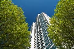 Moderne flats op een groen riemgebied, Londen. Stock Foto's