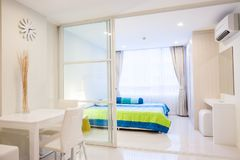 Moderne flatwoonkamer en slaapkamer stock foto's