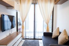 Moderne flatwoonkamer en slaapkamer royalty-vrije stock afbeelding