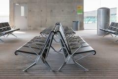 Moderne Flughafen-Aufenthaltsraum-Sitzreihen stockfoto