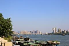 Moderne Flussufer-Schönheit lizenzfreie stockfotografie