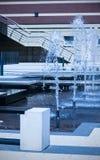 Moderne fontein in een blauwe toon Stock Foto