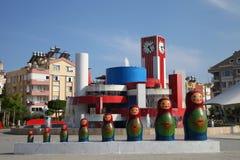Moderne fontein met Matryoshkas in de avond stock fotografie