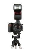 Moderne Fotokamera mit Blinken auf Stativ Lizenzfreies Stockbild