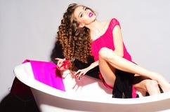 Moderne Frau in der Badewanne Stockfotografie