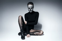 Moderne Frau, die auf dem Boden aufwirft Stockfoto