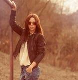 Moderne Frau, die draußen - Porträt aufwirft Stockbild