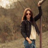 Moderne Frau, die draußen - Porträt aufwirft Stockbilder
