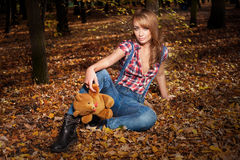 Moderne Frau, die im Park aufwirft Lizenzfreie Stockfotos