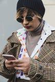 Moderne Frau, die Milan Men-` s an der Mode-Woche aufwirft Stockbilder